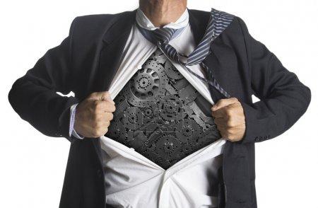 Photo pour Homme d'affaires montrant un costume de super-héros sous les machines concept d'idée d'engrenages métalliques, isolé sur fond blanc - image libre de droit