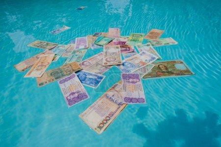 Photo pour Fiat pièces en papier monnaies argent de différents pays au fil du temps sans valeur et éteint à noyer ou soufflé - image libre de droit