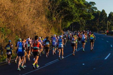 Photo pour Ultra marathoniens athlète course en couleurs contre le lever du soleil du matin - image libre de droit