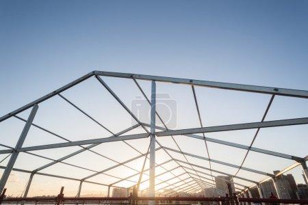 Photo pour Structure alliage métallique de la tente ouverte au ciel bleu - image libre de droit