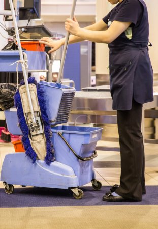 Photo pour Nettoyant prêt pour laver le couloir de l'aéroport - image libre de droit
