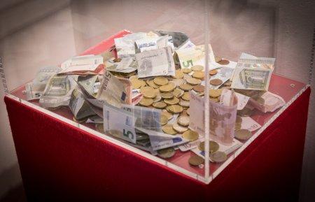 Photo pour Boîte en plastique avec dons en euros billets et pièces - image libre de droit