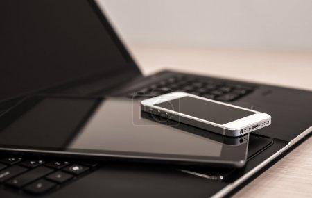 Photo pour Appareils électroniques modernes - ordinateur portable, tablette et téléphone - image libre de droit