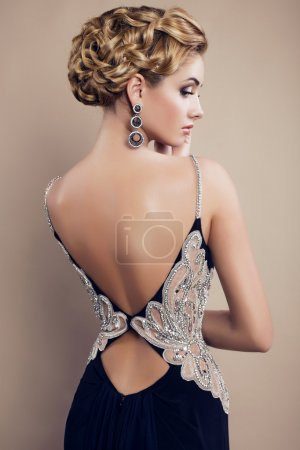 Photo pour Belle femme aux cheveux blonds dans une élégante robe de mode - image libre de droit