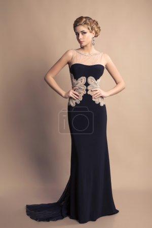 Photo pour Belle femme blonde dans une robe noire élégante avec bijoux - image libre de droit