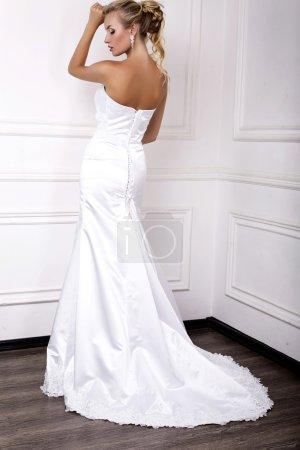 Photo pour Photo de mode de la belle mariée élégante en robe de mariée pose au studio - image libre de droit