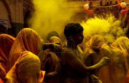 Photo pour Holi festival est l'un du plus important fastival dans les peintures en poudre india.people utiliser pour peindre l'autre et ils ont un grand plaisir à ce festival days.the festival est une célébration du printemps et de la fraîcheur. - image libre de droit