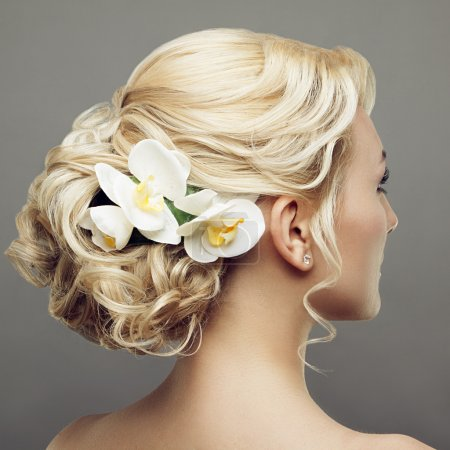 Beautiful bride with fashion wedding hairstyle with flowers