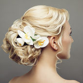 Krásná nevěsta s módní svatební účes