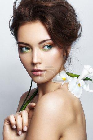 Photo pour Gros plan portrait studio de belle femme avec maquillage lumineux - image libre de droit