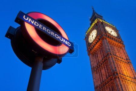 Photo pour Une image du palais de Westminster avec le métro . - image libre de droit