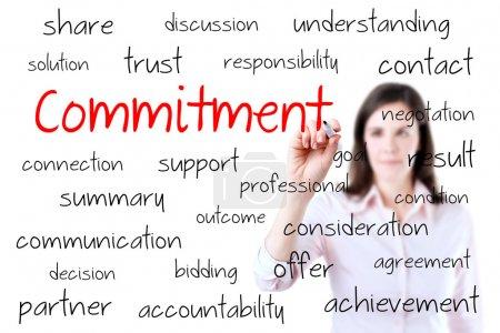 Photo pour Femme d'affaires jeune écrivant la notion d'engagement. isolé sur blanc - image libre de droit