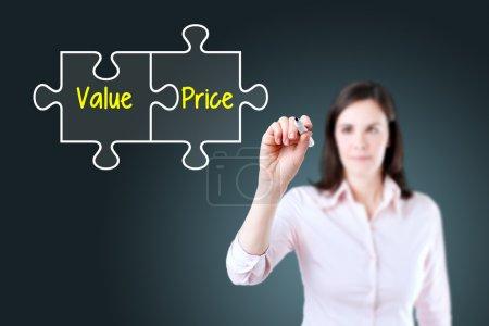 Photo pour Femme d'affaires, un concept de puzzle prix valeur de dessin sur l'écran virtuel. fond bleu - image libre de droit