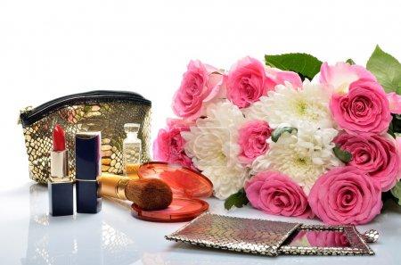 Photo pour Bijoux pour femmes, parfums, cosmétiques et un bouquet de fleurs dans la nature morte - image libre de droit