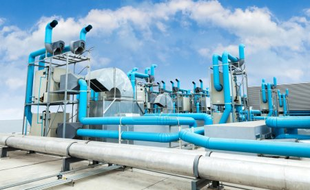 Photo pour Climatiseur industriel sur le toit avec un ciel bleu - image libre de droit