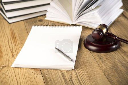 Photo pour Lady Justice livres de loi marteau en bois échelle d'or notebook discours final sur table en bois - image libre de droit