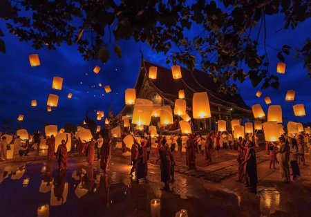 Photo pour UBONRATCHATHANI, THAILAND - JULY 12 :Loy Khom festival in Chiangmai.Tradition al monk Lights floating balloon made of paper annually at Wat Phu Praw temple.on july 12,2014, Ubonratchathani, Thailand. - image libre de droit