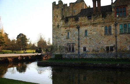 Photo pour HEVER CASTLE AND GARDENS, KENT, RU - 10 MARS 2014 : Château du XIIIe siècle avec manoir Tudor et 250 acres de parc . - image libre de droit