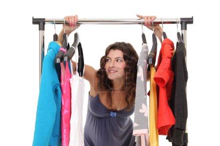 Photo pour Belle jeune femme près de rack avec cintres - image libre de droit
