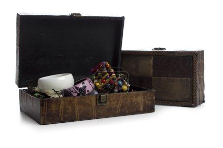Photo pour Boîte à bijoux marron sur blanc - image libre de droit