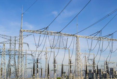 Photo pour Equipements et installations électriques dans une station de transformation - image libre de droit