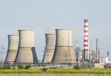 Photo pour Paysage de raffinerie de pétrole avec de hautes cheminées industrielles et des installations pétrochimiques - image libre de droit