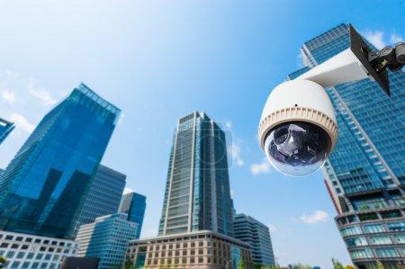 Photo pour CCTV Caméra ou surveillance oeprating avec bâtiment en arrière-plan - image libre de droit