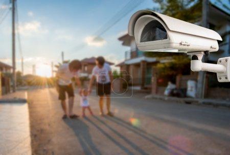 Photo pour Caméra CCTV Fonctionnant en famille en arrière-plan du village - image libre de droit