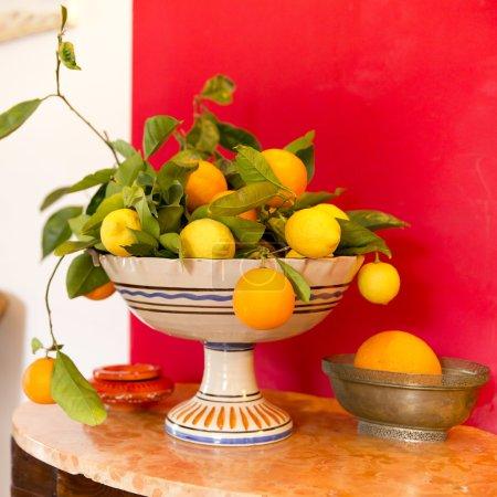 Photo pour Agrumes, citrons et oranges siciliens dans un bol de fruits en céramique - image libre de droit