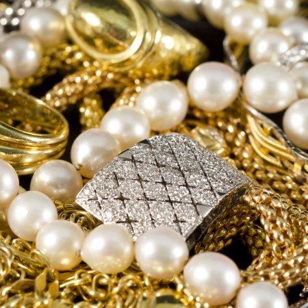 Foto de Primer plano de joyas de oro con piedras preciosas - Imagen libre de derechos