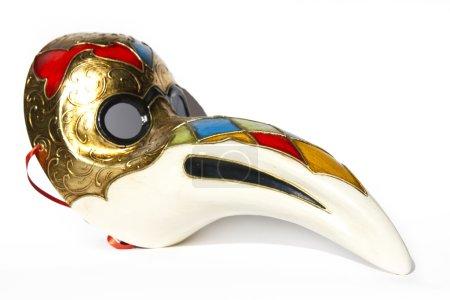 venezianische Maske, der Pestarzt, auf weißem Hintergrund