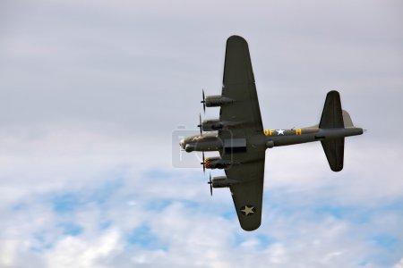 Photo pour Bombardier Memphis Belle Boeing B 17 survolant l'aérodrome de Shoreham - image libre de droit
