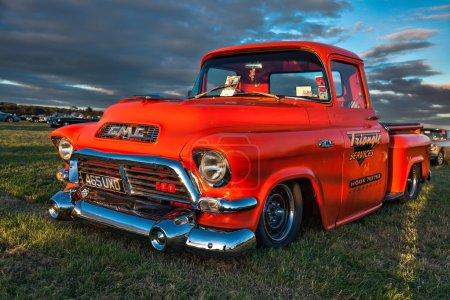 Photo pour Vieux camion américaine stationnée à Goodwood - image libre de droit