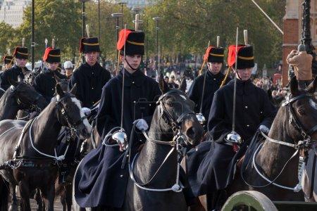 Photo pour Hussards défilant à cheval à du lord maire montrent Londres - image libre de droit