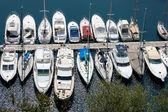 Sortiment člunů a jachet v přístavu v monte carlo