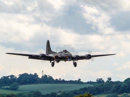 Photo pour Bombardier Memphis Belle Boeing B 17 Sally B survolant l'aérodrome de Biggin Hill - image libre de droit