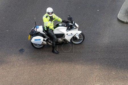 Photo pour Metropoliatan policier trafic, ouvrant la voie pour un vip - image libre de droit