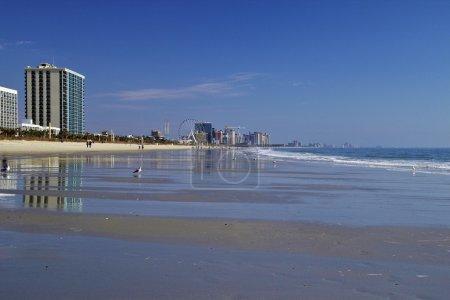 Photo pour Les larges plages de sable de Myrtle Beach, Caroline du Sud autrement connu sous le nom de Grand Strand L'une des destinations de vacances les plus populaires le long de la côte est - image libre de droit