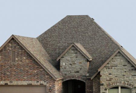 Photo pour Maison avec un nouveau toit en bardeaux et l'évent de toit - image libre de droit