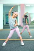 gosse, faire des exercices de remise en forme