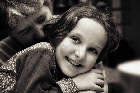 Photo pour Portrait de grand-mère s'embrasser sa petite-fille. - image libre de droit