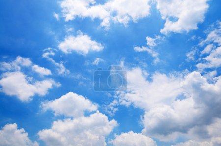 Foto de Cielo azul con fondo de nubes - Imagen libre de derechos