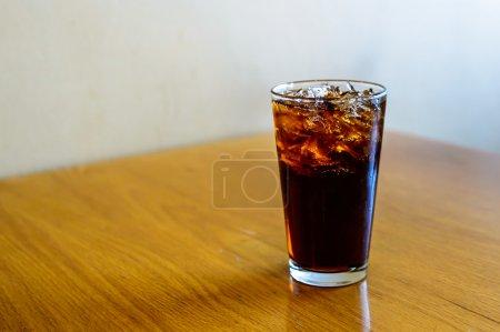 Photo pour Un verre de cola avec des glaçons - image libre de droit