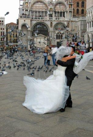 Photo pour Un jeune couple célèbre son mariage dans la Venise historique et romantique - Place Saint-Marc . - image libre de droit