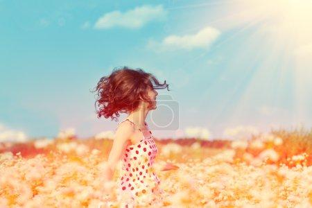 Photo pour Jeune fille heureuse sautant sur le champ de sarrasin - image libre de droit