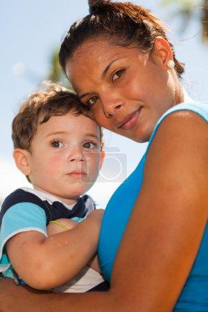 Photo pour Belle nounou avec un jeune garçon à l'extérieur dans un cadre de parc. - image libre de droit