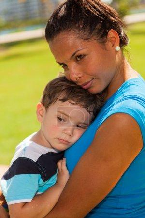 Photo pour Belle nounou avec le jeune garçon à l'extérieur dans un cadre de parc. - image libre de droit