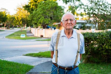Photo pour Homme âgé de plus de quatre-vingts ans à l'extérieur dans un cadre familial . - image libre de droit