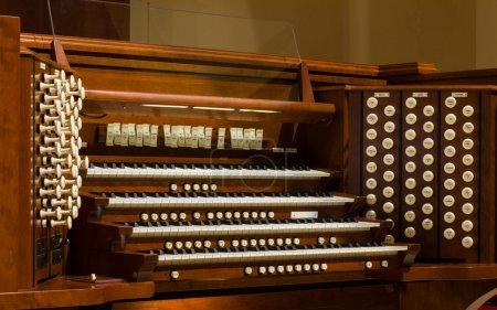 Photo pour Vue rapprochée d'un orgue de pipe d'église . - image libre de droit