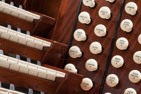 Photo pour Bouchent la vue d'un orgue d'église. - image libre de droit